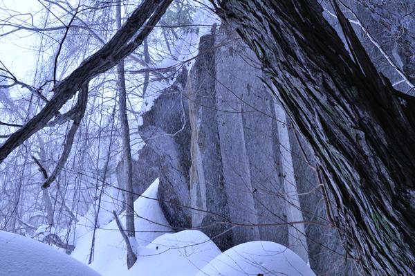 この石柱の下に頭骨群が安置されていたという。