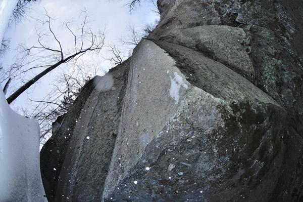 石柱下。アイヌの習俗ではこういった空間や隙間、洞穴などが神の世と現世をつなぐアフンルパラ(あの世の入り口)だと考えられている。