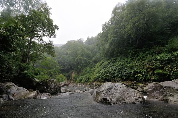 山あいを流れる川に大粒の雨が降ってきた。