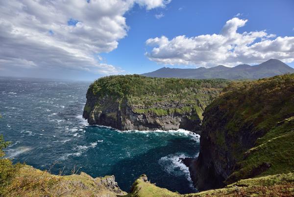 青空が見えてもまだ嵐の最中。 枯れ葉は舞い、大きな雲が次々に半島の向こうへ吸い込まれていく。
